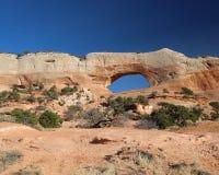 西南犹他自然石曲拱在一个晴天 库存照片