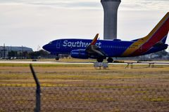 西南航空在跑道的飞机着陆 库存照片