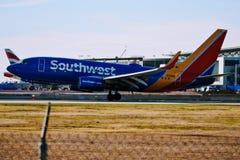 西南航空在跑道的飞机着陆 免版税库存照片