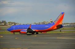 西南航空波音737在波士顿机场 免版税库存图片