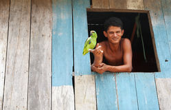 年轻巴西和他的鹦鹉 免版税图库摄影