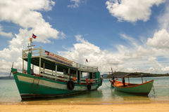 西哈努克,柬埔寨-  18日2014年:小船在海湾在含沙岸附近在Sihanokville, 5月的柬埔寨附近 18日2014年 免版税库存照片