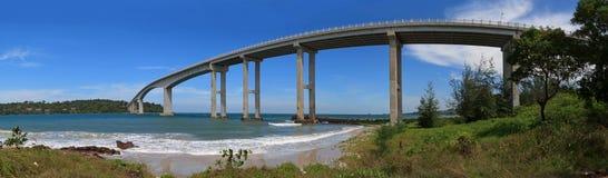 西哈努克,柬埔寨 海热带全景有一座高桥梁的到海岛 库存图片