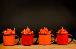 巴西多香果色Biquinho红辣椒-辣椒的果实汉语-在杯子 库存图片