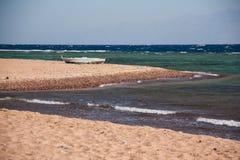 西奈沙漠和海靠岸与沙子和太阳和波浪 库存图片