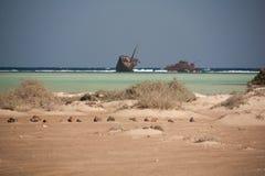 西奈沙漠和海靠岸与被毁坏的沙子和太阳和船 图库摄影