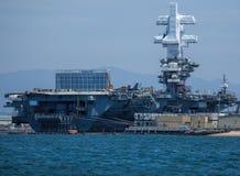 西奥多・罗斯福号航空母舰在圣地亚哥港口 免版税库存照片