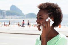 巴西妇女在里约热内卢讲话在电话 免版税库存照片