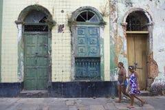 巴西妇女走的过去被忽略的建筑学 免版税库存照片