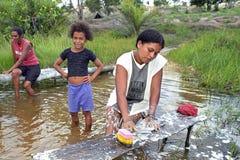 巴西妇女洗涤的衣裳在河,巴西 免版税库存图片