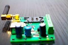 西姆作为GSM通信装置一部分的持卡者与天线 图库摄影
