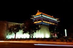 西安中国古城墙壁在晚上 免版税库存图片