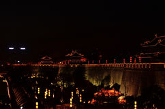 西安古城墙壁在晚上 免版税图库摄影