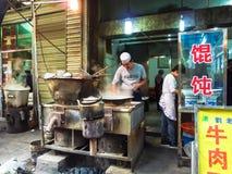 西安街道的市场供营商提供他们的顾客馄饨的各种各样的类型 库存图片