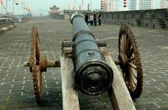 西安,中国:在古城墙壁垒的大炮 免版税库存照片