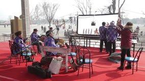 西安- 2月24:演奏与传统乐器的中国皮影戏马戏团的民间艺术家陪同 股票录像