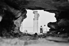 西尔苗内,意大利, Juli 2014年 站立在Catullus洞穴的两旅游人  北京,中国黑白照片 库存照片