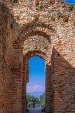 西尔苗内,意大利- 2019年3月25日:一栋古老罗马别墅Catullo Caves格罗泰di Catullo的曲拱在西尔苗内镇,加尔达湖 免版税库存照片