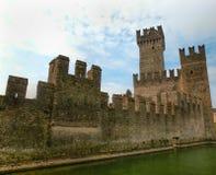 西尔苗内,意大利- 2014年9月20日:Scaliger城堡的盐水湖 库存照片