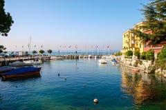 西尔苗内, ITALY/EUROPE - 10月27日:西尔苗内的L小小游艇船坞 图库摄影
