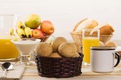 巴西干酪小圆面包 早晨制表咖啡馆用乳酪面包 免版税库存图片