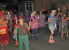 西德茅斯,德文郡,英国- 2012年8月10日:一个小组在开花的帽子打扮的莫利斯舞和褴褛背心参加 库存图片