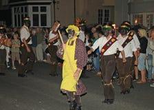 西德茅斯,德文郡,英国- 2012年8月10日:传统英国莫利斯舞troup由有笤帚和黄色的一个人带领了 库存图片