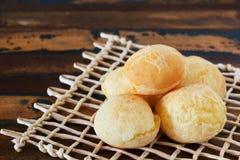 巴西快餐乳酪面包(pao de queijo)在木桌上 库存图片