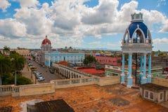 西恩富戈斯,古巴:从大阳台的看法到市中心 库存照片