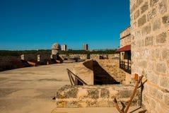 西恩富戈斯,古巴:老被风化的大炮和射击博览会在Jagua堡垒附近墙壁  福特莱萨de Jagua 库存图片