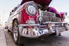 西恩富戈斯,古巴- 2018 3月11日,红色fitfyfive的薛佛列350 - 1955年雪佛兰游牧人Restomod 在前面帽子下的看法在engi 免版税库存图片