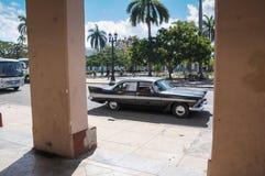 西恩富戈斯,古巴- 2013 1月30日,经典美国汽车驱动o 免版税库存照片