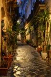 西拉库萨,西西里岛,意大利 一条狭窄的市中心车道的夜视图 免版税库存照片