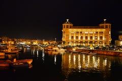 西拉库萨,西西里岛,意大利 老港口的夜视图 免版税库存照片