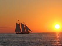 西方小船关键的日落 库存图片