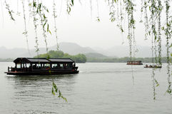 西方小船湖有薄雾的春天 免版税库存照片