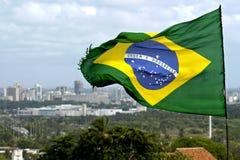 巴西旗子和地平线城市累西腓,巴西 免版税库存照片