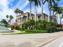 西棕榈海滩,佛罗里达2018年5月-7 :在棕榈滩,佛罗里达,美国的银行或萨克斯政府大楼 库存图片