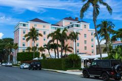 西棕榈海滩,佛罗里达2018年5月-7 :有汽车的路在棕榈滩,佛罗里达,美国 免版税图库摄影
