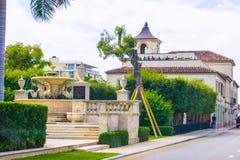 西棕榈海滩,佛罗里达2018年5月-7 :有汽车的路在棕榈滩,佛罗里达,美国 免版税库存图片