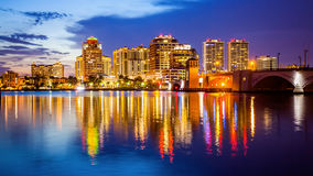 西棕榈海滩,佛罗里达地平线和城市光在晚上 免版税库存照片
