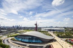 西汉姆联足球俱乐部伦敦体育场和伦敦水上运动中心在前面、金丝雀码头和伦敦市天际的 库存图片