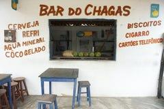 巴西海滩酒吧用在柜台的椰子 免版税图库摄影