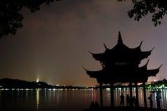 西湖在晚上 库存图片