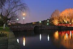 西湖(xihu)在中国的杭州在晚上 免版税图库摄影