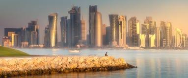 西湾和石银行多哈,卡塔尔地平线  免版税图库摄影