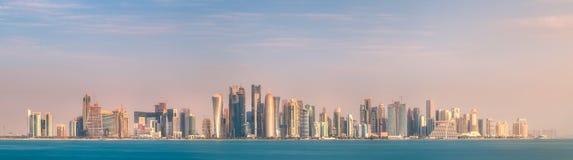 西湾和石银行多哈,卡塔尔地平线  库存照片