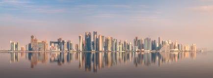 西湾和石银行多哈,卡塔尔地平线  图库摄影