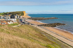 西湾多西特英国英国侏罗纪海岸在与蓝天的一个美好的夏日 库存照片