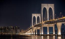 西湾大桥,桥梁在澳门在与光的晚上 免版税库存照片
